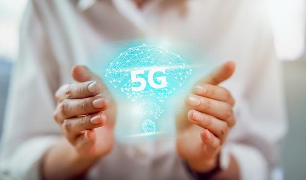 Technologie van de toekomst 5g-netwerk, handen met high-speed nieuwe generatie netwerken scherminterface. draadloze systemen en internet of things (iot). Premium Foto