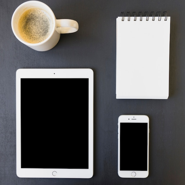 Technologische apparaten, notebook en koffie Premium Foto