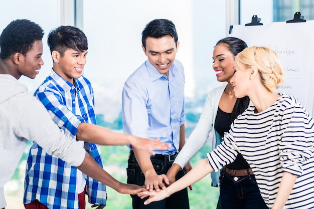 Techondernemers met teamgeest en motivatie Premium Foto