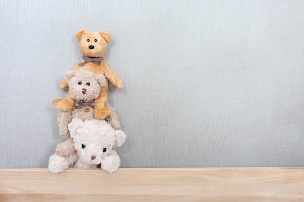 Teddyberen spelen op een rij met een blij gevoel Premium Foto