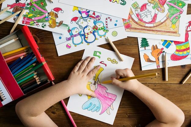 Tekening en kleuring van het meisje Gratis Foto