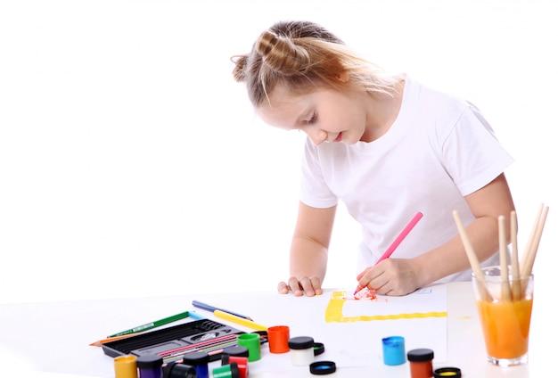 Tekening meisje met penseel en verf Gratis Foto