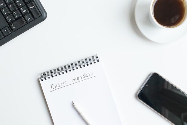 Tekst cyber maandag geschreven op geopende laptop, schetsboek. plat lag, bovenaanzicht, kopie ruimte. Premium Foto
