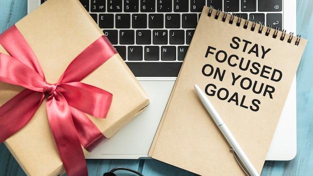Tekstbord met blijf gefocust op uw doelen. conceptuele foto houd uw motivatieinspiratie. Premium Foto