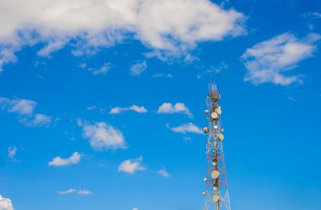 Telecommunicatie torenmast tv antennes draadloze technologie Premium Foto
