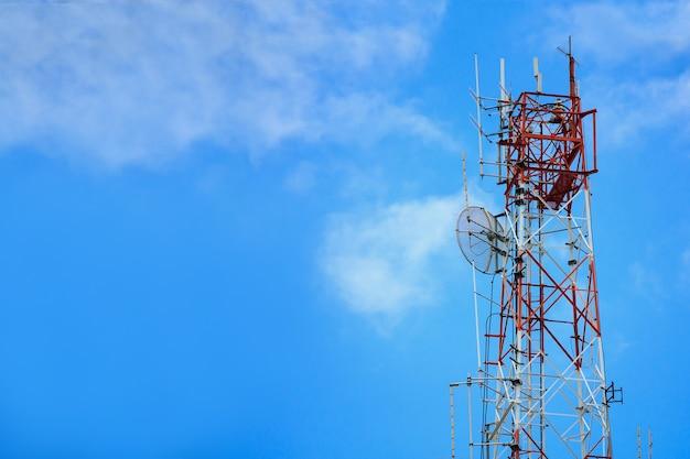 Telecommunicatietoren en de draadloze technologie van satellietantennes op blauwe hemel Premium Foto