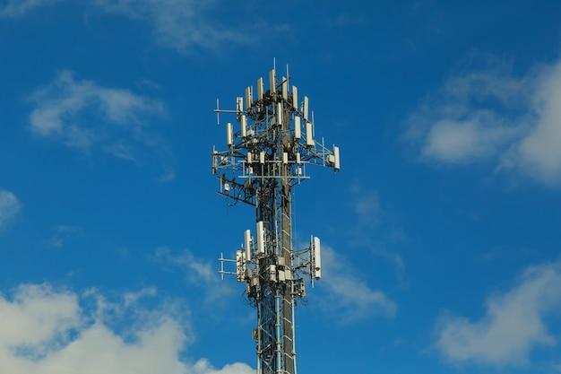 Telecommunicatietoren op de hemel Premium Foto