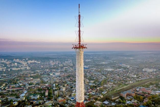 Telecommunicatietoren voor mobiele telefonie en draadloze 5g-communicatie. tegen de achtergrond van de stad Premium Foto