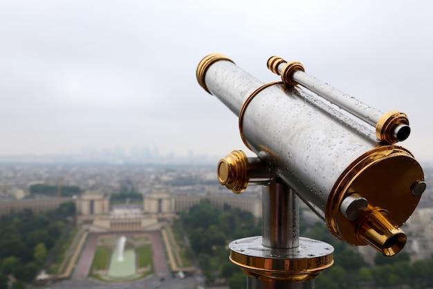 Telescoop op de eiffeltoren Premium Foto