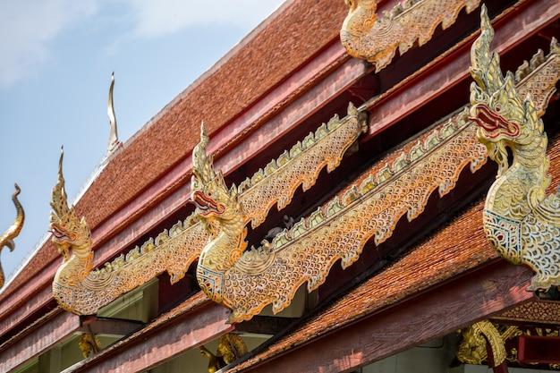 Tempel met gouden draakstandbeelden Premium Foto