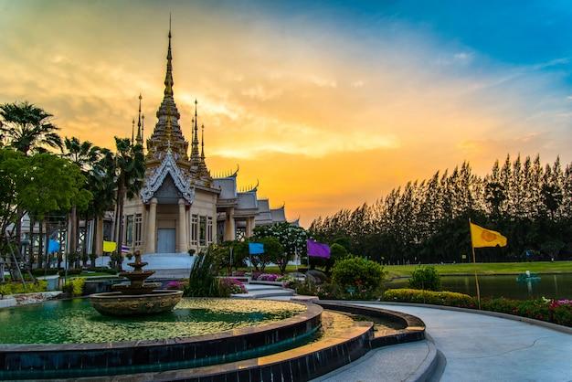 Tempel thailand mooie thailand tempel dramatische kleurrijke hemel Premium Foto
