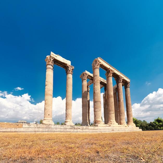 Tempel van zeus met akropolis op de tafel in athene Premium Foto