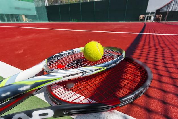 Tennisballen en racket op het grasveld Premium Foto