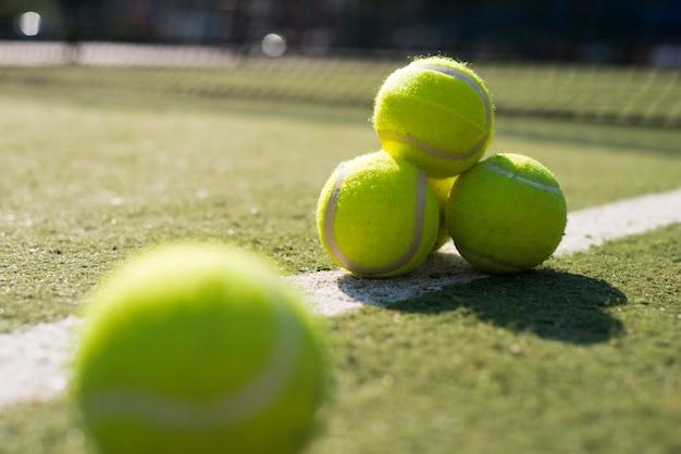 Tennisballen met lage hoekclose-up Gratis Foto