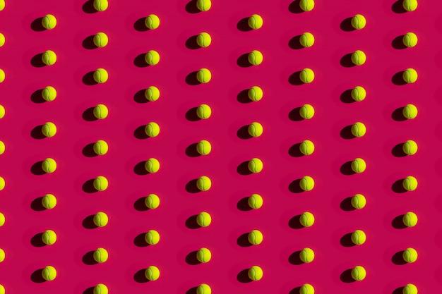 Tennisballen met sterke schaduwen op een roze Premium Foto