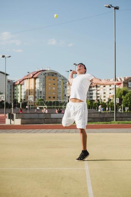 Tennisspeler opvallende bal Gratis Foto