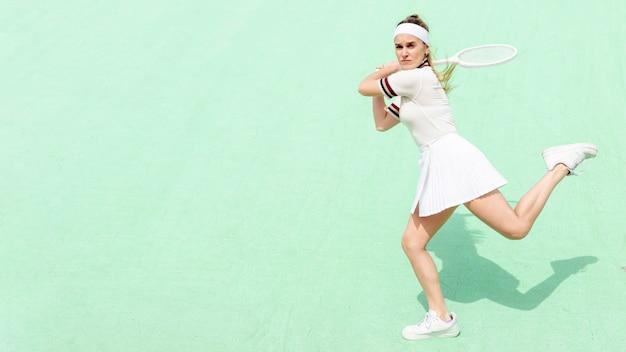 Tennisspeler slaan met vertrouwen tegemoet Gratis Foto
