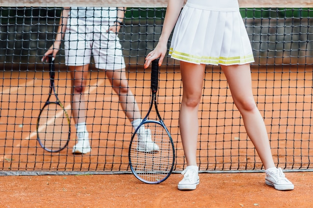 Tennisspelers die een wedstrijd op het veld spelen. bijgesneden afbeelding. Premium Foto