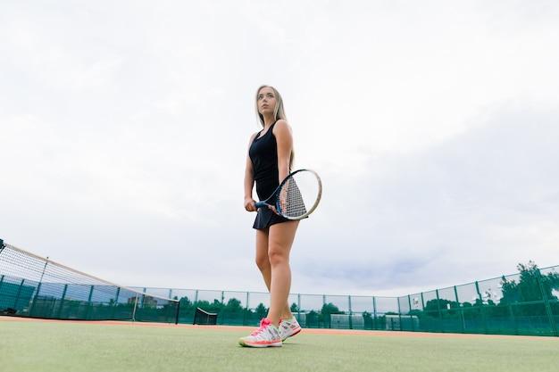 Tennistoernooi. vrouwelijke speler op de tennisbaan van klei Premium Foto