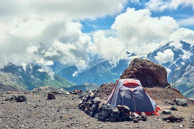 Tentklimmers in de bergen. tegen de achtergrond van bergtoppen. alpinisten kamperen Premium Foto