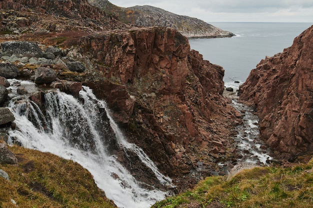 Teriberka, het noorden van rusland, noordelijke watervallen. Premium Foto