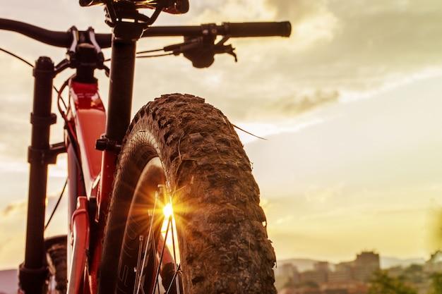 Terug geschoten van mountainbike op zonsondergang. achterwiel. mountainbike band. banden 27,5 inch mtb fietscomponent. Premium Foto