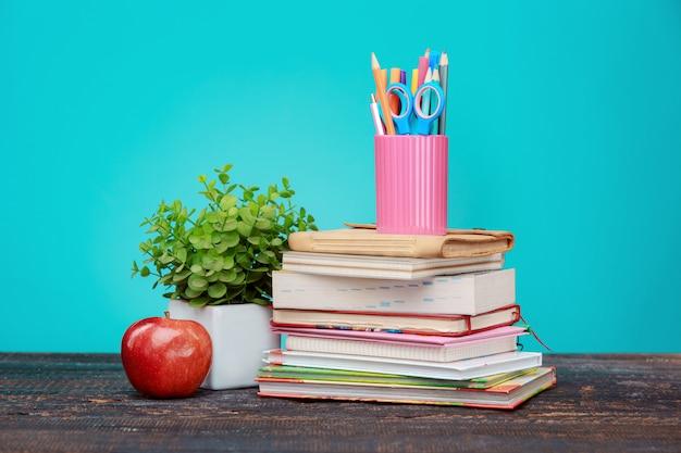 Terug naar school concept. boeken, kleurpotloden en appel Gratis Foto