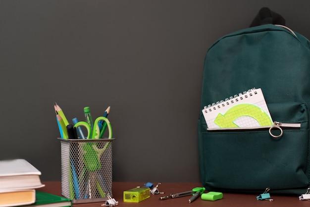 Terug naar school concept met briefpapier benodigdheden Premium Foto