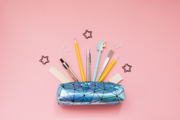Terug naar school. etui met schoolbenodigdheden op roze tafel Premium Foto
