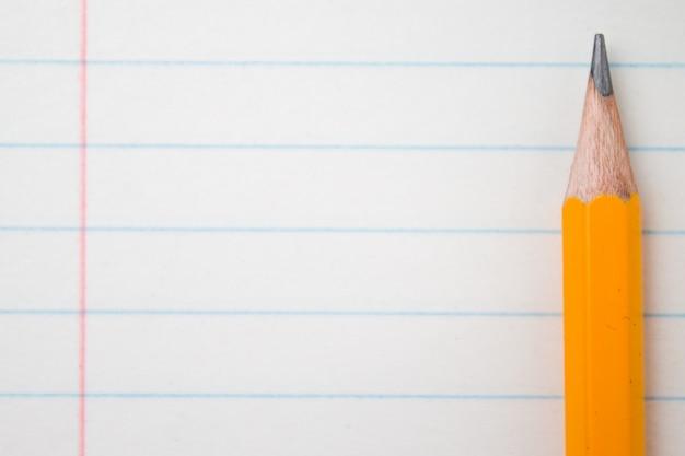 Terug naar school, onderwijsconcept met oranje potloden dichte omhooggaand en samenstellingsboek op bac Premium Foto