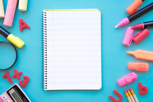 Terug naar school samenstelling met notitieblok Gratis Foto