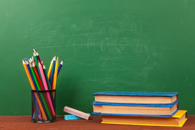 Terug naar schoolconcept met kantoorbenodigdheden en schoolbord Premium Foto