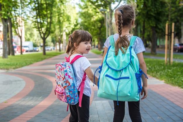 Terug naar schoolonderwijsconcept met meisjeskinderen, elementaire studenten. Gratis Foto