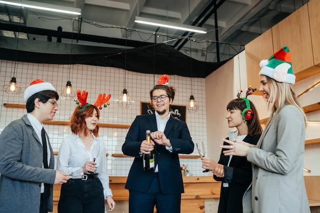 Tevreden collega's in kantoor vieren speciale gebeurtenis samen, glimlachend divers werkteam veel plezier lachen. vriendschap concept Gratis Foto