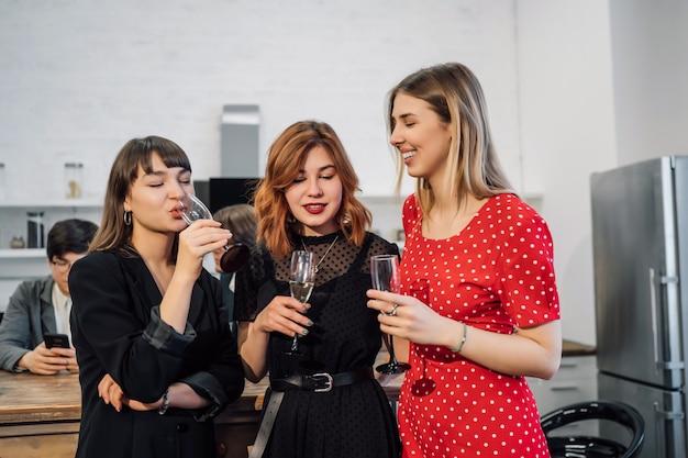 Tevreden collega's in kantoor vieren speciale gebeurtenis Gratis Foto