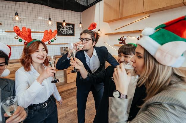 Tevreden collega's in kantoor vieren speciale gebeurtenis. Gratis Foto
