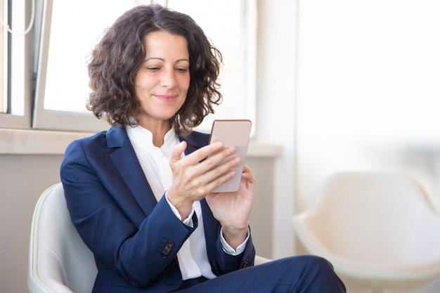 Tevreden klant met behulp van online mobiele app Gratis Foto