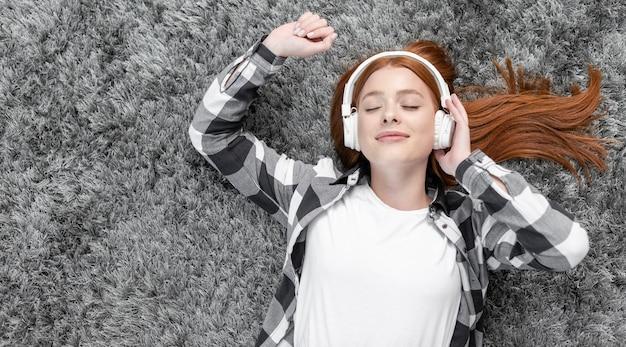 Tevreden vrouw die muziek van hoogste mening geniet Gratis Foto