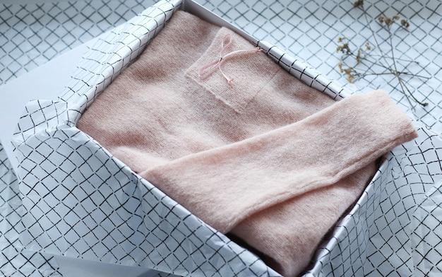 Textiel dingen zijn gebreid, katoen gevouwen volgens de methode van konmari. Premium Foto