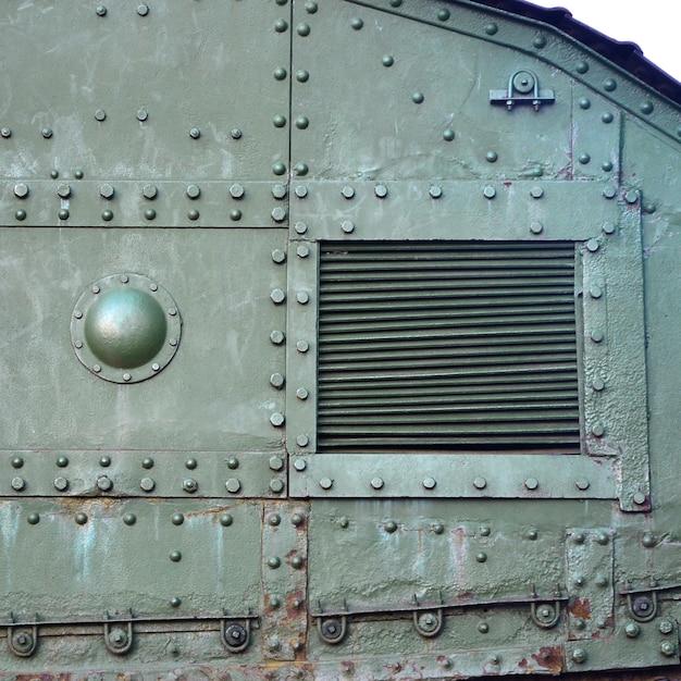 Textuur van de tankzijwand, gemaakt van metaal en versterkt met een veelheid aan bouten en klinknagels Premium Foto