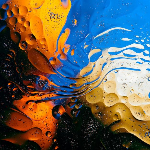 Textuur van oliedruppeltjes op het oppervlak van het water. Premium Foto