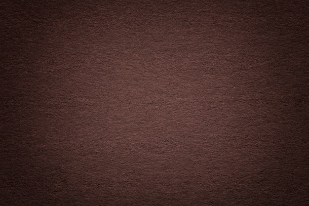 Textuur van oude donkere pakpapierachtergrond, close-up. structuur van dicht beige karton. Premium Foto