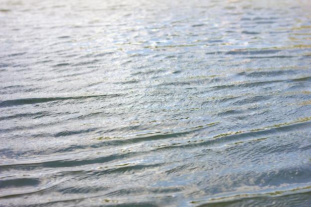 Textuurgolven bekijken van bovenaf, briljant helder water. Premium Foto