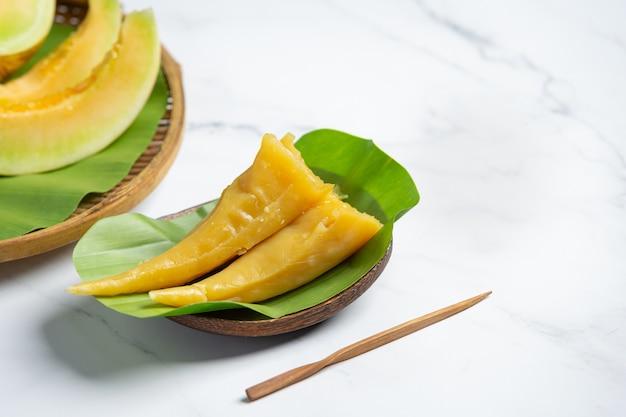Thais dessert. meloen gestoomde gebakjes op bananenblad Gratis Foto