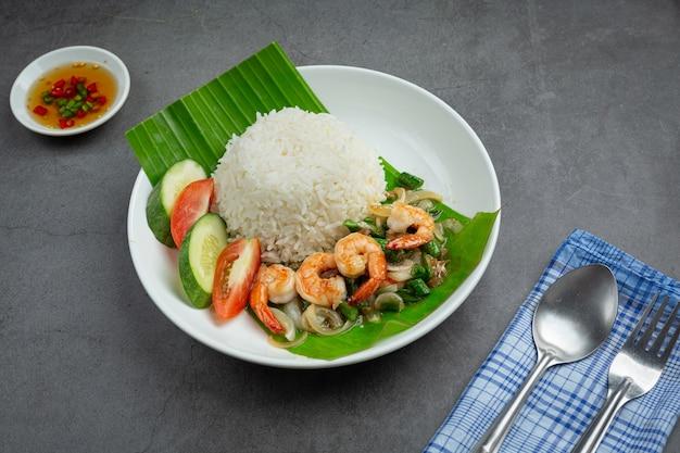 Thais eten; garnalen en inktvis gebakken gekookt met kousenband en rijst. Gratis Foto