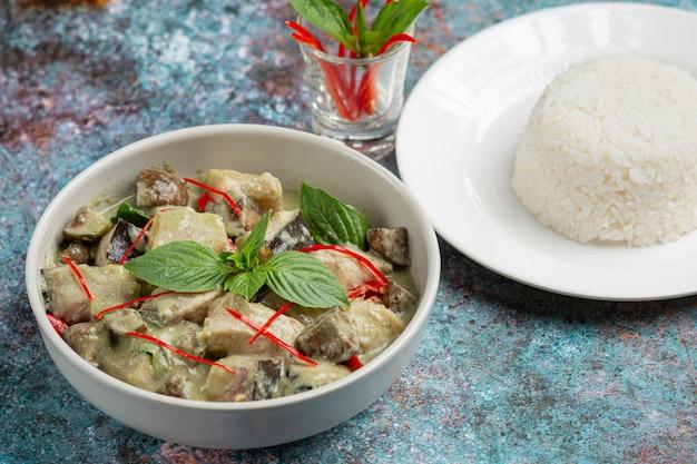 Thais eten. groene kokoskerrie varkensvlees met aubergines Gratis Foto