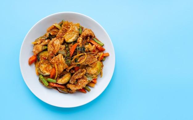 Thais eten, pittig roergebakken varkensvlees met kruiden Premium Foto