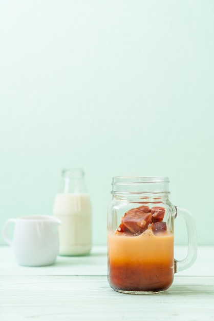 Thais theeroomijs met melk Premium Foto