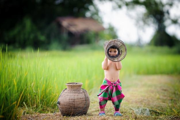 Thaise babylevensstijl uit deur in de aard Premium Foto