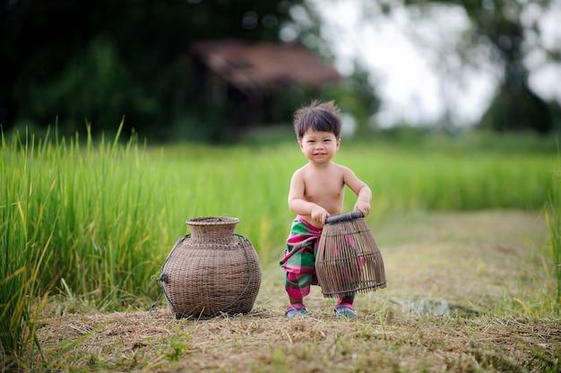 Thaise babylevensstijl uit deur in de aard. Premium Foto